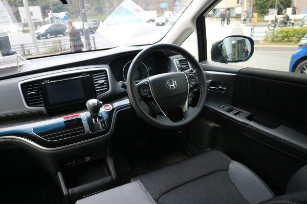 オデッセイアブソルートの運転席画像