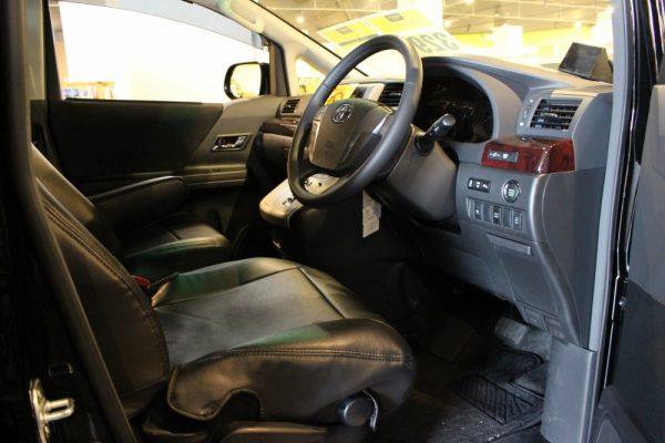 旧型ヴェルファイアの運転席